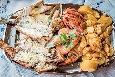Eine Fischplatte schmeckt vor allem in den Küstenorten