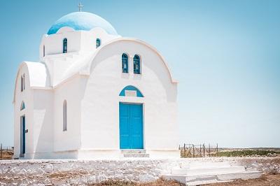 Die blau-weiße Kirche schmückt jedes Fotoalbum